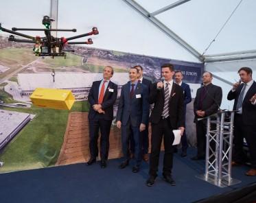 Dort, dron a hala vonící nejen novotou